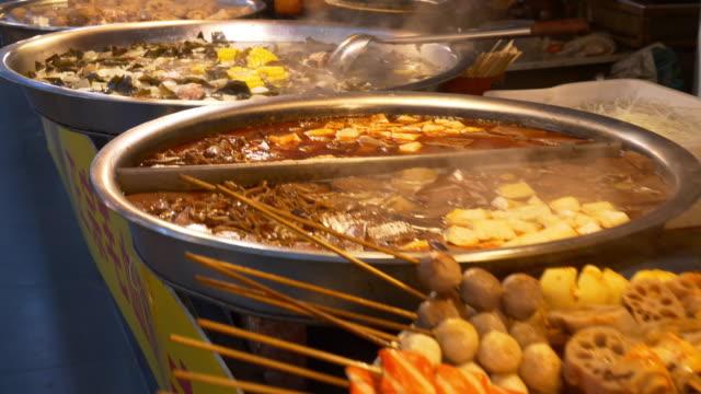 vídeos y material grabado en eventos de stock de ciudad de wuhan famosa caminar china de comida en la calle barbacoa lenta panorama 4k - wuhan