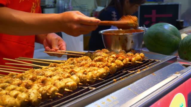 vídeos y material grabado en eventos de stock de ciudad de wuhan famosa caminar china de comida en la calle lenta panorama 4k - wuhan