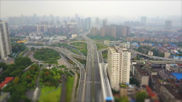 wuhan cityscape jour de la circulation de la route jonction antenne panorama 4k inclinaison décalage chine - Vidéo