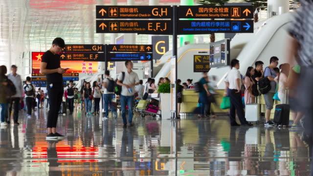 vídeos y material grabado en eventos de stock de wuhan día aeropuerto llegadas horario gente china de timelapse panorama 4k - wuhan