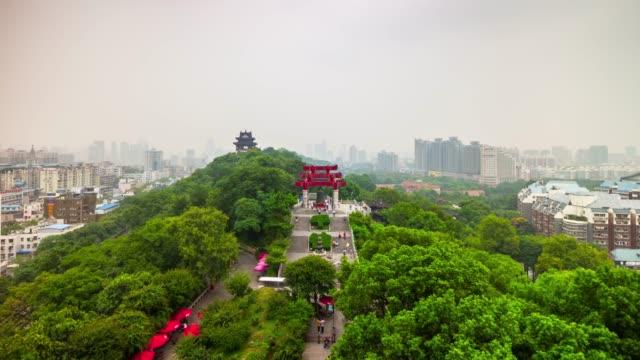 vídeos y material grabado en eventos de stock de panorama de paisaje urbano de wuhan grúa amarilla templo parque azotea 4 tiempo k caer china - río yangtsé