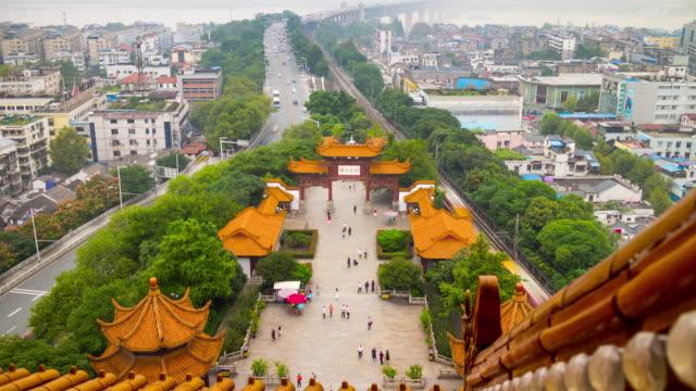 vídeos y material grabado en eventos de stock de panorama de entrada de wuhan grúa amarilla templo terraza plaza 4 tiempo k caer china - río yangtsé