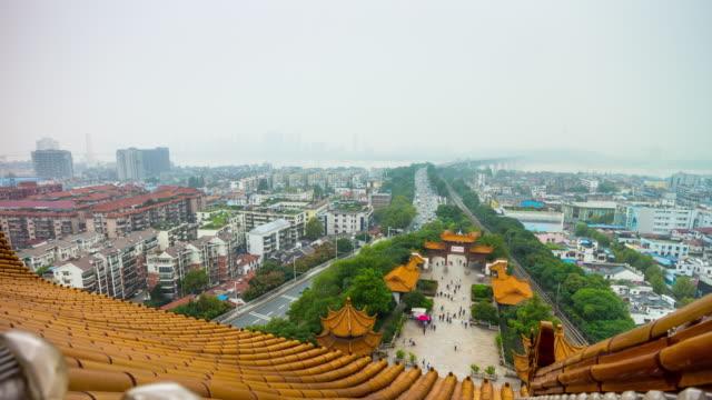 vídeos y material grabado en eventos de stock de panorama de plaza parque de wuhan grúa amarilla templo en la azotea 4 tiempo k caer china - río yangtsé