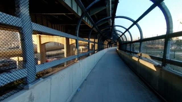 vídeos de stock, filmes e b-roll de pov x queens rear new york city inverno por do sol de ponte - calçada