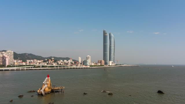 t/l zi xiamen island skyline med rörliga moln/xiamen, fujian-provinsen, kina - xiamen bildbanksvideor och videomaterial från bakom kulisserna