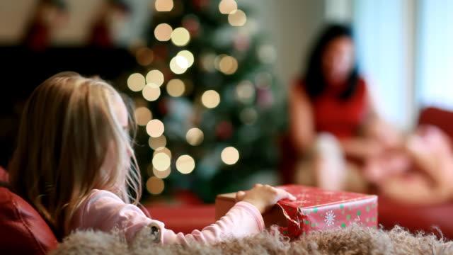クリスマスの夜 - クリスマスプレゼント点の映像素材/bロール