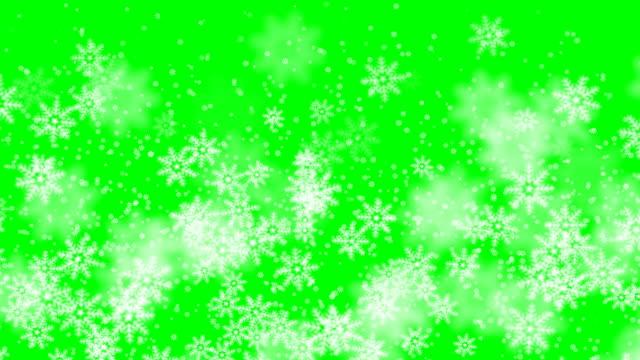 weihnachten wintergrün hintergrund schneefall schnee frohe weihnachten partikel fliegen in zeitlupe in der luft 4k - christmas card stock-videos und b-roll-filmmaterial