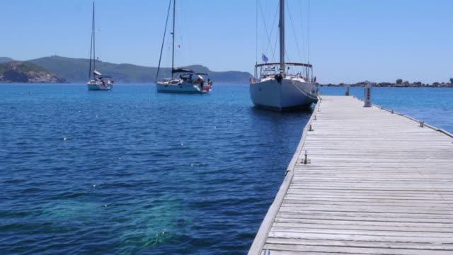 jacht na drewniane molo, knidos, datca, turcja - morze egejskie filmów i materiałów b-roll