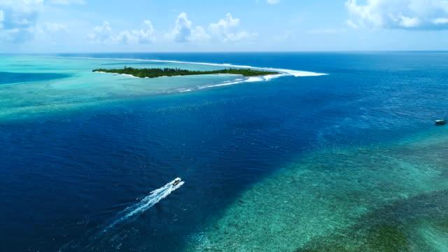 vídeos y material grabado en eventos de stock de yate de drone, yate vela en aguas abiertas mar azul. - yacht