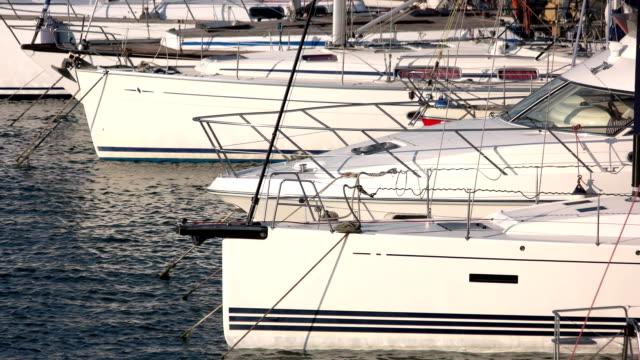 vídeos de stock, filmes e b-roll de porto de iates close-up. - marina