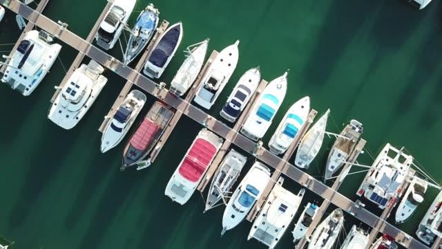vídeos de stock, filmes e b-roll de iate marina - marina