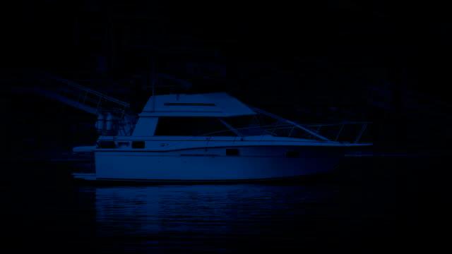 vídeos y material grabado en eventos de stock de yate amarrado en la bahía de noche - amarrado