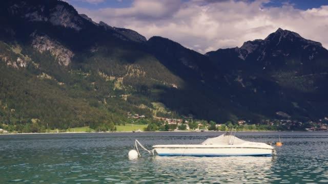 yacht på en tydlig fjällsjö i schweiziska alperna landskap. - delstaten tyrolen bildbanksvideor och videomaterial från bakom kulisserna