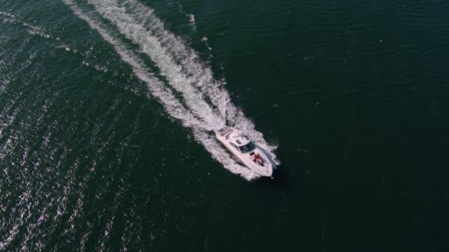 vídeos y material grabado en eventos de stock de yate de vela en el mar con gente joven en la cubierta - yacht