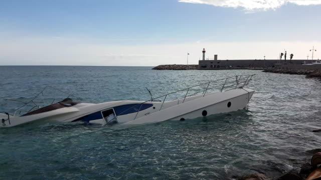 yacht semi-sunk - погружённый стоковые видео и кадры b-roll