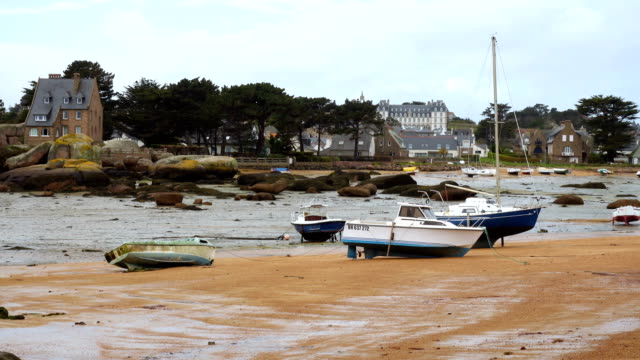 yachts and boats during ocean low tide - oceano atlantico video stock e b–roll