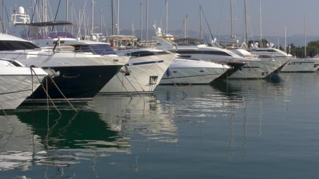 vídeos de stock, filmes e b-roll de iates no porto, porto vauban, antibes. côte d'azur. - marina