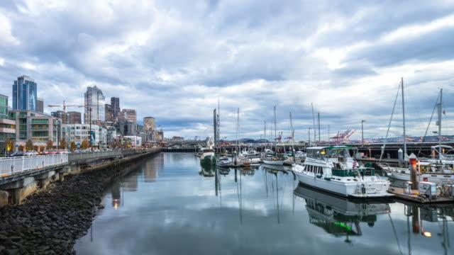 båtar på vattnet i hamnen, stadsbilden och skyline i seattle. timelapse 4k - strandnära bildbanksvideor och videomaterial från bakom kulisserna