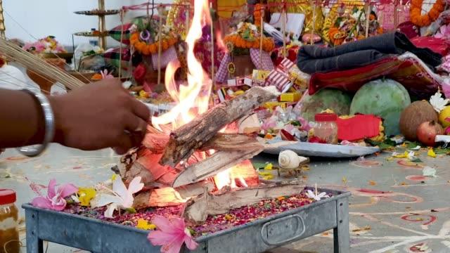 yajna, ein ritual in hindu-anbetung, wo holz mit heiligem öl und ghee in brand gesetzt wird - editorial videos stock-videos und b-roll-filmmaterial