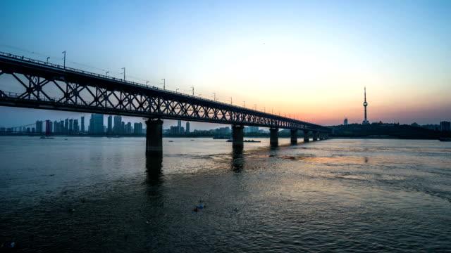 vídeos y material grabado en eventos de stock de puente del río yangtsé en wuha china - río yangtsé