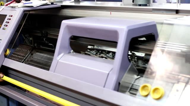 garn und faden fertigung in textilfabrik - kurzwaren stock-videos und b-roll-filmmaterial