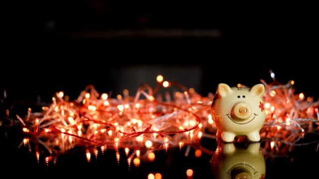 vidéos et rushes de année du cochon. tirelire avec dollars - tirelire