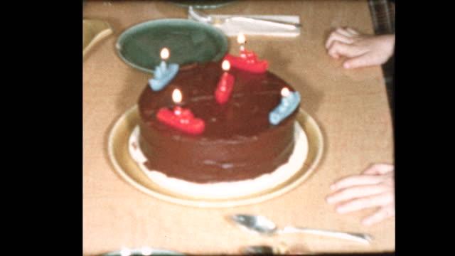 5-årig blåser ut födelsedag ljus och familj sjunger - minne bildbanksvideor och videomaterial från bakom kulisserna
