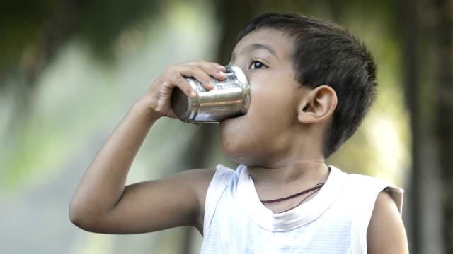 4 years boy drinking water - tap water filmów i materiałów b-roll