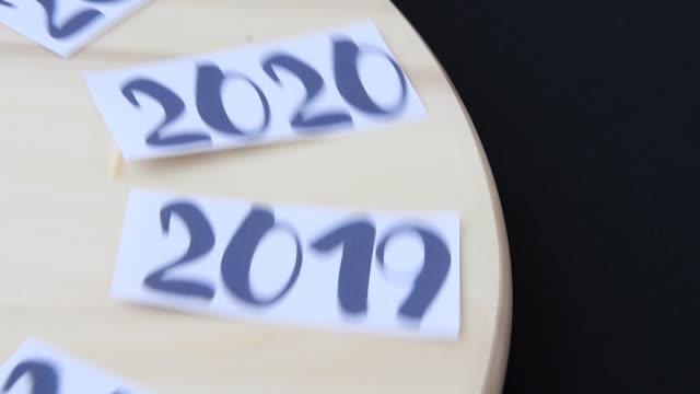 vidéos et rushes de années de 2014 à 2024 tournant sur la planche en bois et arrêté sur l'année 2021, nouvelle année, le temps est en cours - 2018
