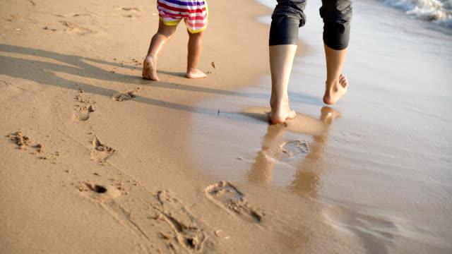 2 år gammal asiatisk pojke och mor promenader på stranden. - pattaya bildbanksvideor och videomaterial från bakom kulisserna