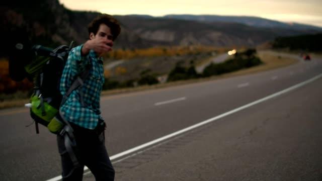 30 år gammal ung man, resenär och bloggare, skytte den vackra utsikten längs motorvägen i bergen i colorado, usa. - endast en man i 30 årsåldern bildbanksvideor och videomaterial från bakom kulisserna