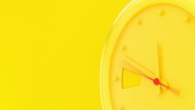 stockvideo's en b-roll-footage met gele wekker het begin van de tijd 11.45 loopt snel naar 12.00 uur. - sleeping illustration
