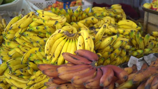 vídeos y material grabado en eventos de stock de plátanos amarillos y rojos - filipinas