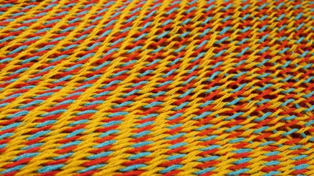 gul, blå och röd stickad tyg suface - väva bildbanksvideor och videomaterial från bakom kulisserna