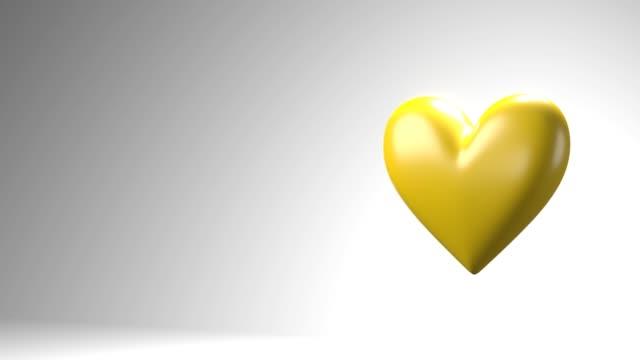 Geel gebroken hartvoorwerpen in witte tekstruimte. video