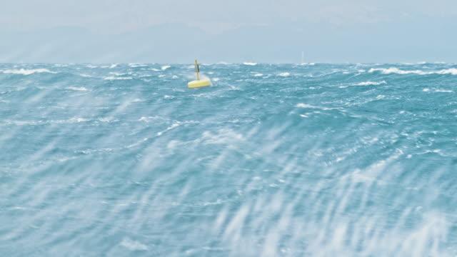 vídeos de stock, filmes e b-roll de boia amarela balançando no mar bravio - boia salva vidas