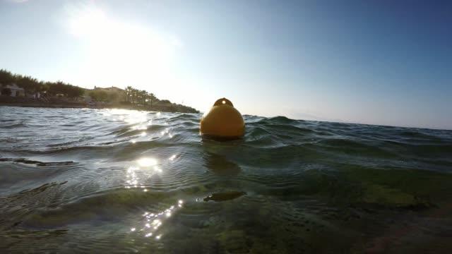 vídeos de stock, filmes e b-roll de bóia amarela sways, balançando nas ondas do oceano - boia salva vidas