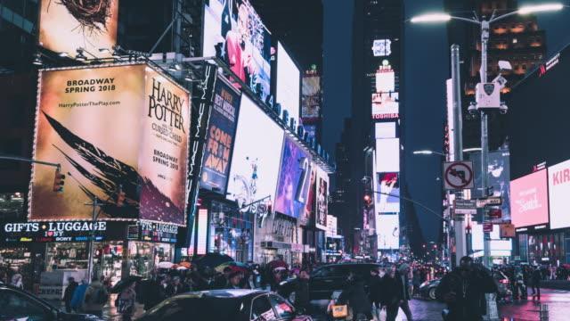 t/l pan gelbe taxis auf dem times square bei nacht / manhattan, nyc - wahrzeichen stock-videos und b-roll-filmmaterial