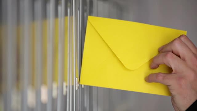 gelben umschlag im briefkasten. - briefkasten stock-videos und b-roll-filmmaterial