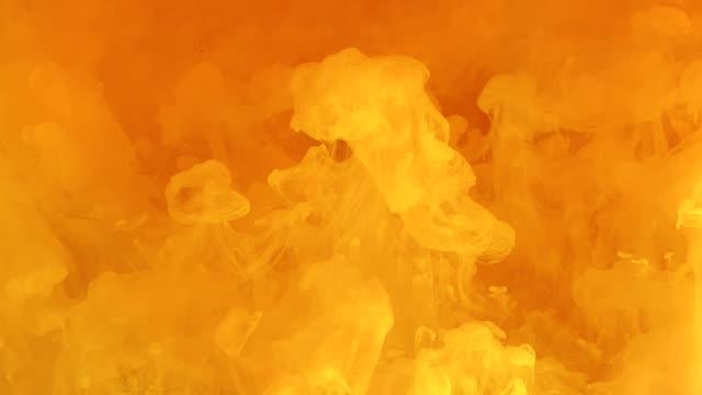 sarı ateşli soyut arka plan. şık modern arka plan - turuncu stok videoları ve detay görüntü çekimi