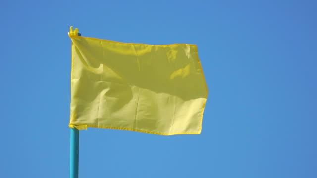 gula flaggan fladdrar i vinden - oskriven bildbanksvideor och videomaterial från bakom kulisserna