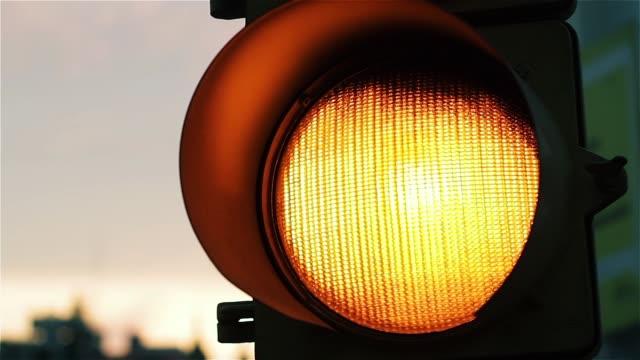 vídeos de stock e filmes b-roll de yellow light at the traffic light. - amarelo