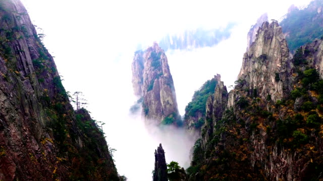 stockvideo's en b-roll-footage met gele berg of huangshan mountain cloud zee landschap, anhui-provincie oost-china. - {{asset.href}}
