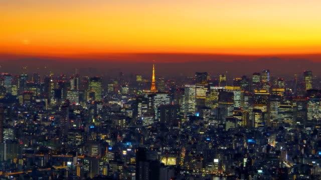 夜の東京の街で黄色いオレンジ色の空 ビデオ