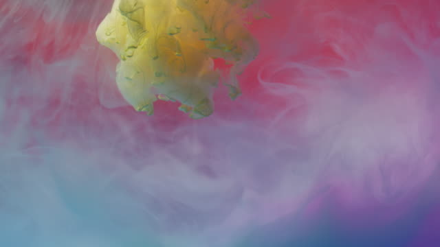 vidéos et rushes de peinture jaune mélangeant avec d'autres couleurs dans l'eau - image composite numérique