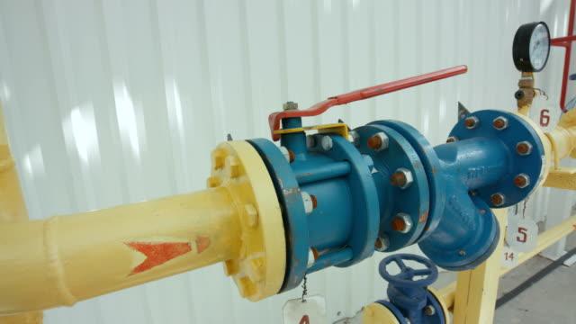 stockvideo's en b-roll-footage met gele pijpleiding met paar manometers op het - olieraffinaderij
