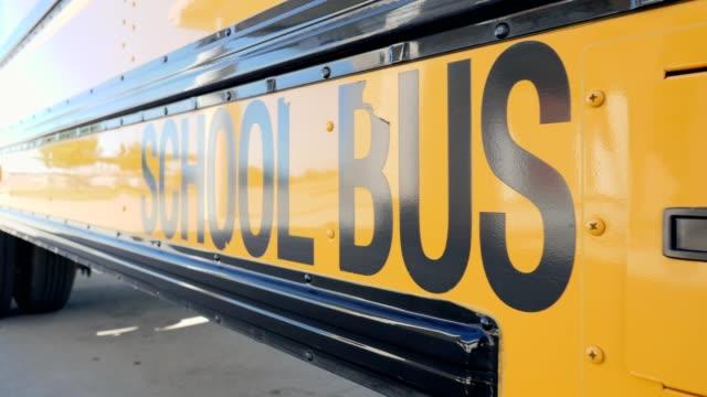 vidéos et rushes de autobus scolaire jaune dans le stationnement - école primaire