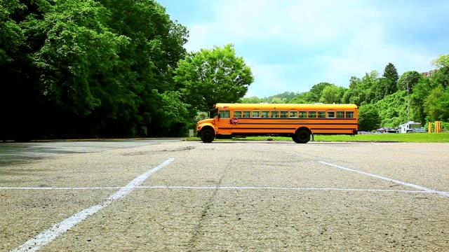 Gelbe Schulbus auf dem Parkplatz – Video