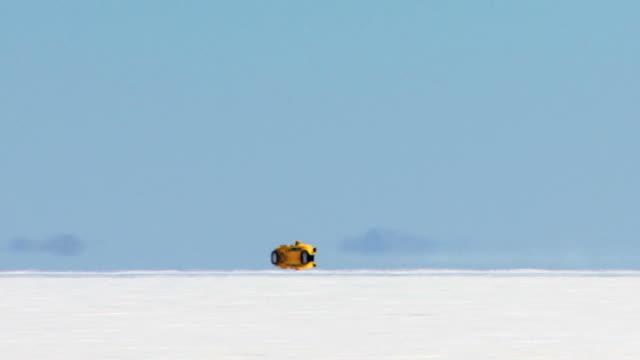 vidéos et rushes de de vitesse jaune prototype haute définition - lac salé