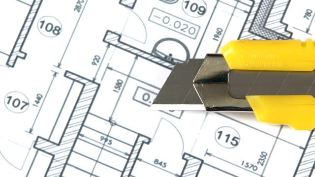 vídeos y material grabado en eventos de stock de amarillo sobre artículos de papelería cuchilla edificio plan, rotación, primer plano - cuchillo cubertería